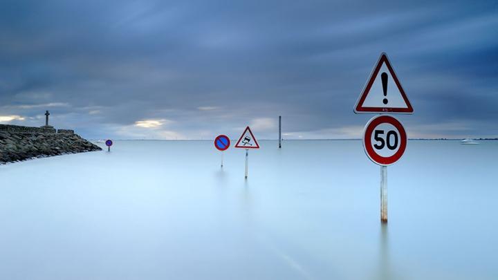 FENOMENAL! În Franţa există un drum care dispare sub apă de două ori pe zi (FOTO)