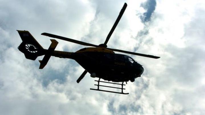 Şoferii au rămas înmărmuriţi! Un elicopter apărut din senin a început să alunece pe şosea (VIDEO)