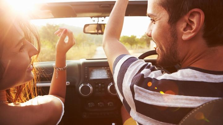 Asculți muzică atunci când conduci? AI GRIJĂ! TOPUL celor mai PERICULOASE MELODII la volan