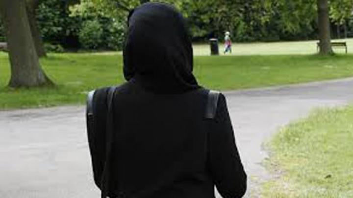 O femeie a fost CONDAMNATĂ la închisoare, după ce a refuzat să-şi dea jos hijabul