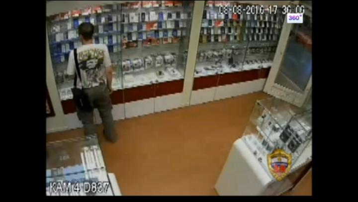 """INCREDIBIL! Hoţii i-au furat """"de sub nas"""" şapte telefoane. REACŢIA vânzătorului (VIDEO)"""