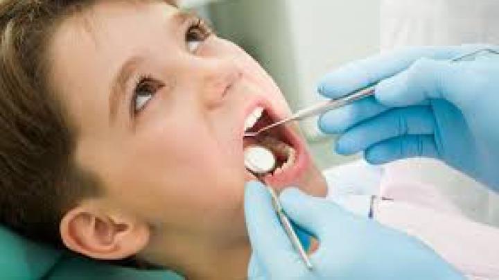 BINE DE ŞTIUT! De ce trebuie să păstrezi primii dinţi de lapte ai copilului tău