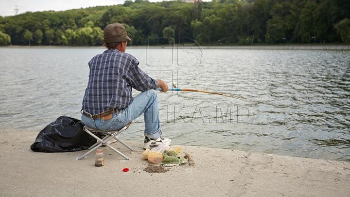 PRINS ÎN FLAGRANT! Un bărbat pescuia cu curent electric (FOTO)