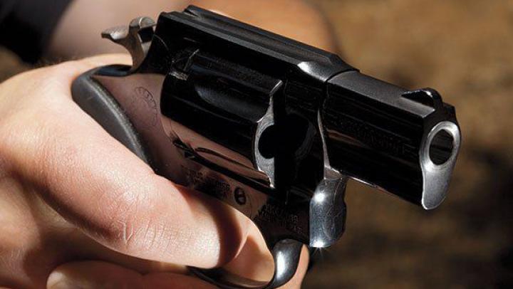 SCENE INCREDIBILE în sectorul Râşcani: Un bărbat a ameninţat cu arma patru tineri. Ce a urmat (VIDEO)
