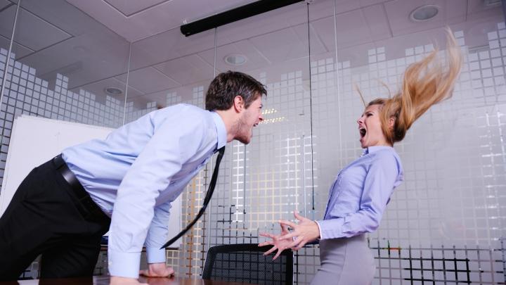 """Fenomenul """"bully"""": Colegii de la muncă care îţi fac viaţa UN CALVAR"""