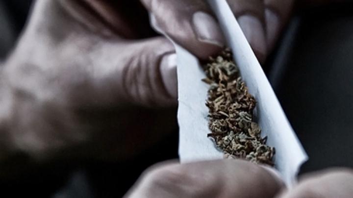 Surprinși de oamenii legii în timp ce CONSUMAU DROGURI. Indivizii S-AU AMUZAT de pe urma situației