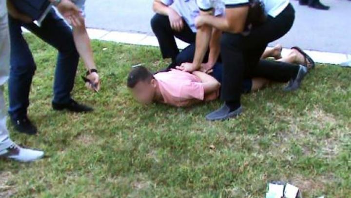 (VIDEO) Se dădea drept poliţist şi şantaja o femeie. Infractorul şi doi complici, reţinuţi de ofiţerii SPIA
