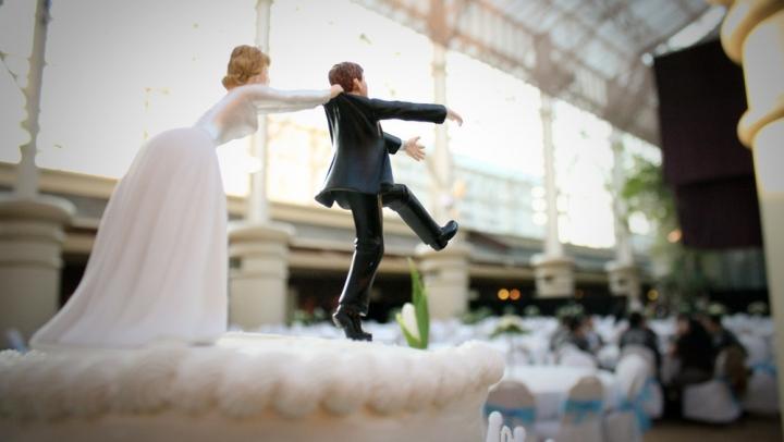 """Un mire """"a fost furat"""" de mascaţi la propria nuntă! A ajuns în Germania, după gratii"""