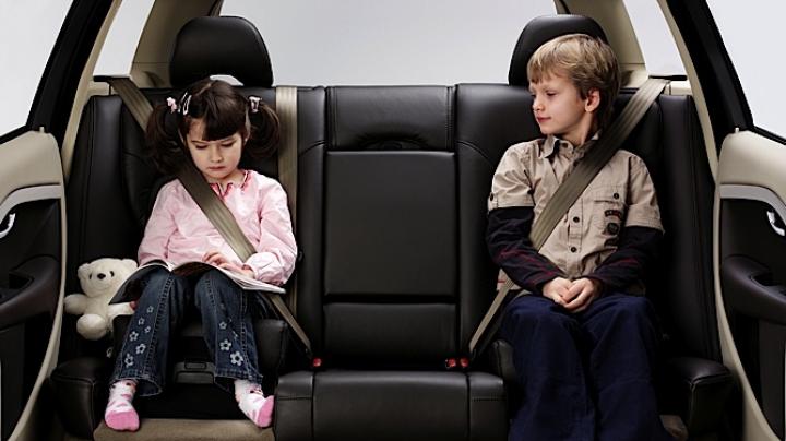 Cea mai frecventă greşeală făcută de părinţii care îşi transportă copiii cu maşina