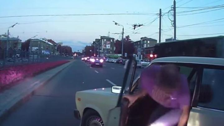 NO COMMENT! Ce a pățit un șofer agresiv la câteva minute după un conflict în trafic (VIDEO)