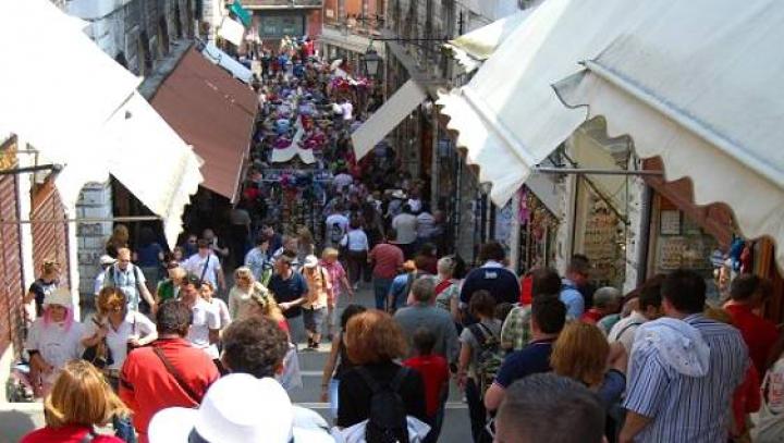 """""""Ne vrem oraşul înapoi"""". Sute de persoane dintr-o localitate din Italia au protestat împotriva turiştilor"""