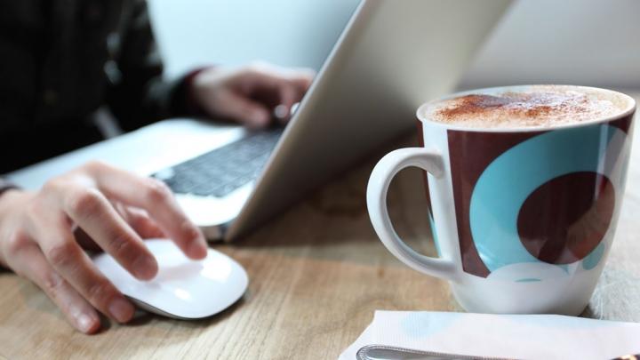 Nu mai ține căni sau pahare pe birou, la serviciu. Află care este motivul