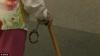 O bătrână de 102 de ani, încătuşată de poliţişti! Motivul este ULUITOR (VIDEO)