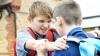 Un băiat autist era hărțuit la școală. Ce a făcut un coleg a uimit toţi elevii şi profesorii
