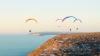 SHOW DE EXCEPŢIE în Madagascar! Trei amatori de senzaţii tari au oferit un recital de zbor cu parapanta