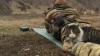 Imaginile care sfidează războiul: O pisică doarme pe piciorul unui militar aflat pe câmpul de luptă (VIDEO)