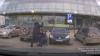 IMAGINI ŞOCANTE: Un bărbat, AGRESAT în plină stradă de un necunoscut. Care este motivul (VIDEO)