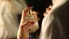 INTERESANT! Cum poți curăța petele de parfum de pe haine