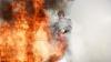 INCENDIU în sectorul Buiucani: O casă pe pământ, sugrumată de flăcări (VIDEO)