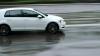 MANEVRE PERICULOASE! Momentul în care un Mercedes acvaplanează şi ajunge într-un copac (VIDEO)