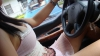 HALUCINANT! O studentă a lovit maşina poliţiei în timp ce îşi făcea un selfie topless (FOTO)
