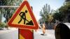 Harnicii în momentul inoportun! Muncitorii repară asfaltul pe timp de ploaie (VIDEO)