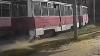 IMAGINI ŞOCANTE! Un bărbat a fost târât ZECI DE METRI de un tramvai. Cine era la manşă (VIDEO)