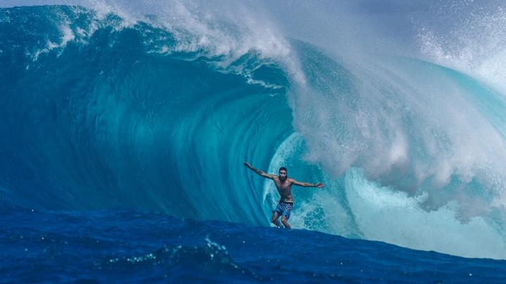 PROVOCARE INEDITĂ! Trei sportivi au făcut surf pe containere de transportare a mărfii
