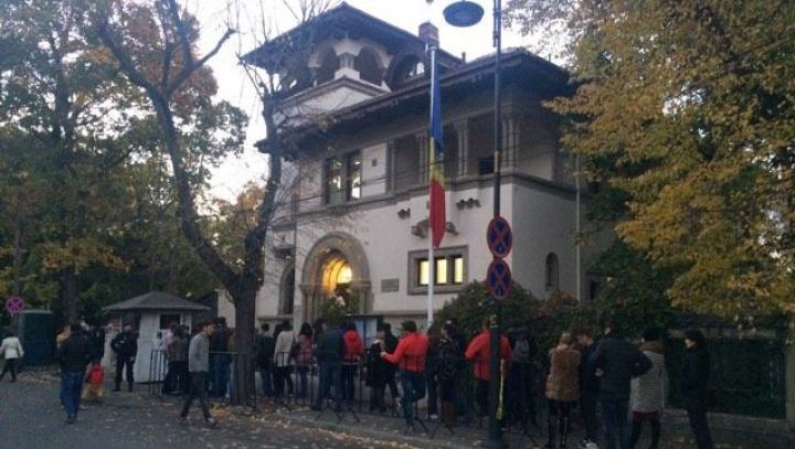 ALEGERI MOLDOVA. Cozi la mai multe secții de votare de peste hotare (FOTO)