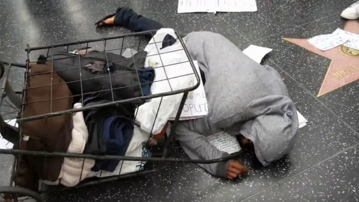O femeie fără adăpost, ATACATĂ de o mulțime furioasă. Care este MOTIVUL (VIDEO)