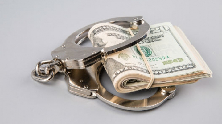CURĂȚIREA DE CORUPŢIE. Mai mulţi funcţionari certaţi cu legea au fost REŢINUŢI