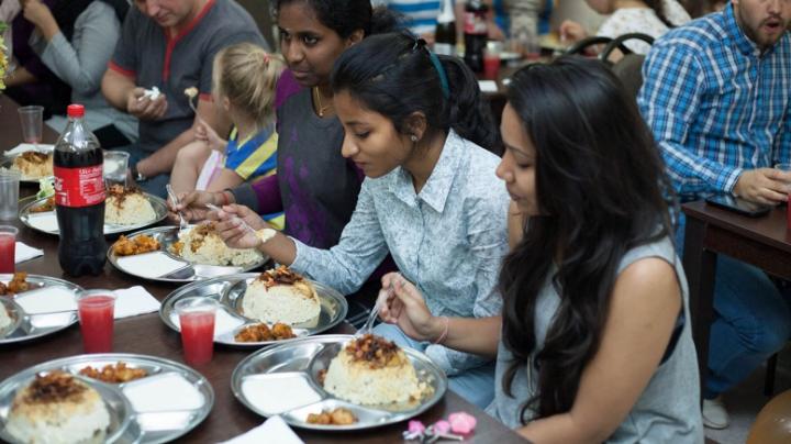 Prima cantină cu mâncare indiană, deschisă la Chişinău! Cui aparţine ideea (VIDEO)