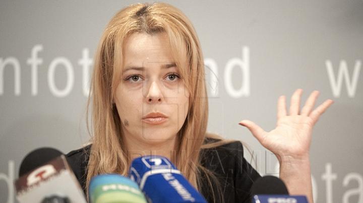 """""""AVOCATA DIAVOLULUI"""" Ana Ursachi, huiduită în fața casei sale (VIDEO)"""