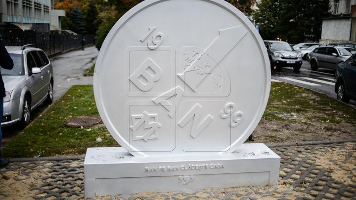 BĂNUŢUL CU DEFECT. Cum arată şi unde a fost instalat monumentul monedei naţionale (FOTO)