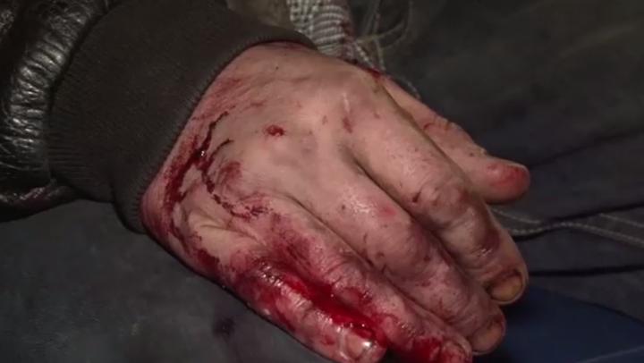 Părăsit de iubită, un bărbat a dat buzna într-o casă străină şi l-a SNOPIT ÎN BĂTAIE pe proprietar (VIDEO)