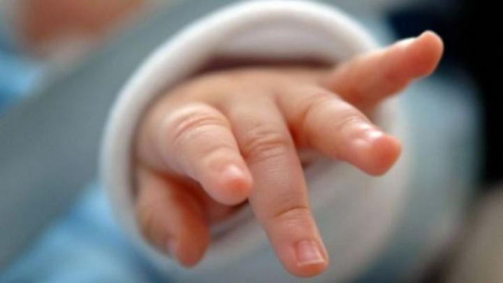 NENOROCIRE: Fetiţă de 2 ani, dusă în stare gravă la spital, după ce a fost scăpată în oala cu supă