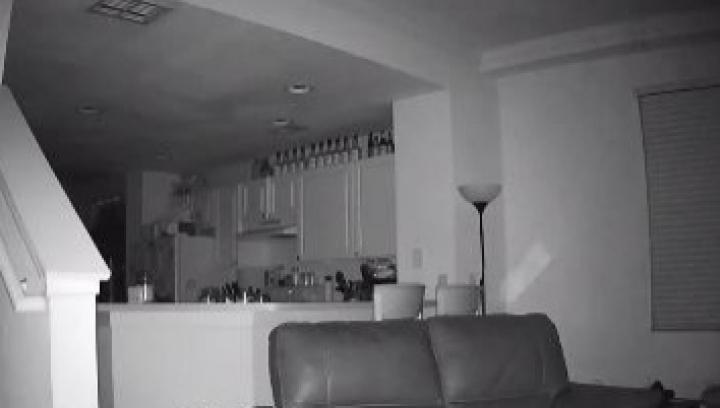 MORI DE RÂS! Ce făcea un puşti la miezul nopţii prin casă (VIDEO)