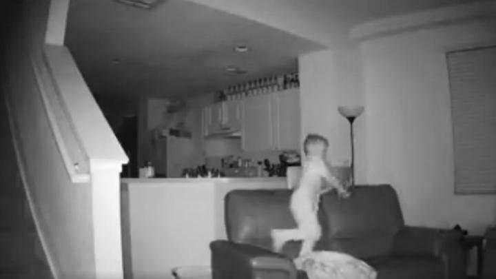 Tată ŞOCAT de ce a văzut pe camerele de supraveghere. Ce făcea copilul, după ce părinţii adormeau (VIDEO)