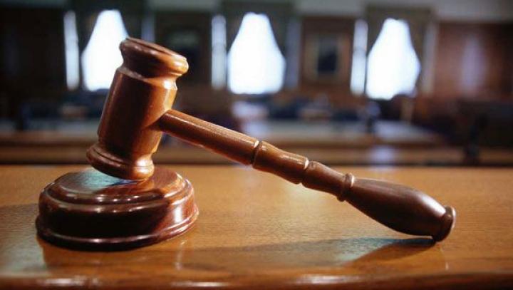 Prejudiciu de peste 6.000 de lei. Un executor judecătoresc, reţinut pentru abuz de serviciu şi ilegalităţi grave