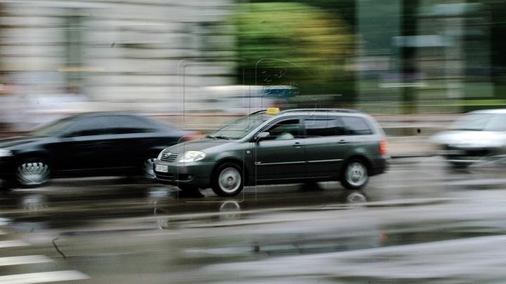 Zeci de şoferi, BLOCAŢI în trafic! Ploaia abundentă le-a dat planurile peste cap