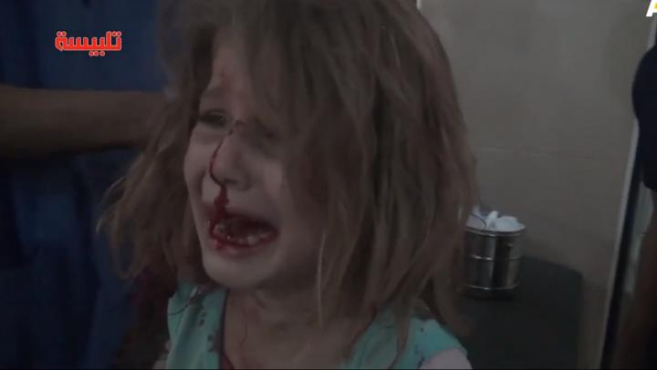 """""""Tată, unde eşti?!"""" IMAGINI DEVASTATOARE cu o fetiţă rănită în urma raidurilor aeriene în Siria (VIDEO)"""