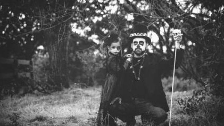 Şedință foto de familie, ieșită din tipare! Un tată și fiica sa se pozează în ipostaze înfricoșătoare