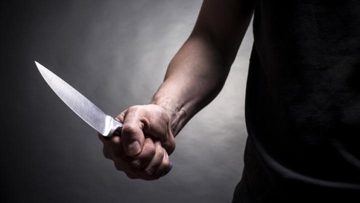 Zăcea pe o bancă cu un cuţit în spate. CRIMĂ cu SÂNGE RECE, în centrul oraşului Briceni (VIDEO)