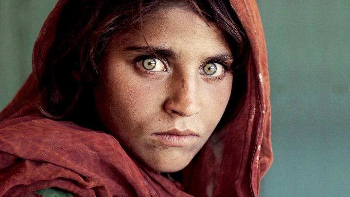 """Fata din Afganistan care a apărut pe coperta """"National Geographic"""" a fost ARESTATĂ"""