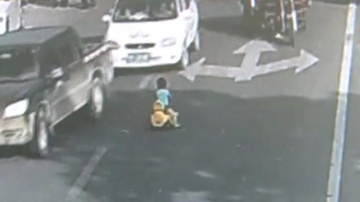 NO COMMENT: Un copil se plimbă cu bicicleta printre maşini. Ce a urmat (VIDEO)