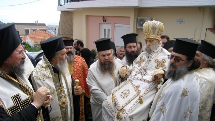 NO COMMENT! Un preot mort a fost urcat pe un tron și plimbat pe străzile Greciei (FOTO)