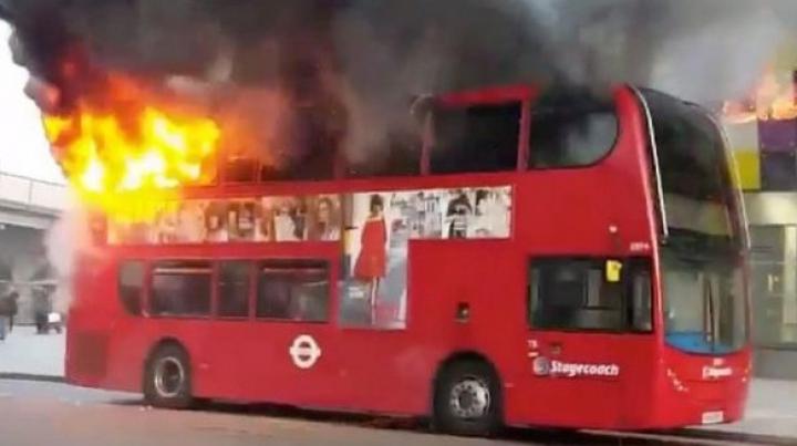 Două autobuze din Mexic şi Marea Britanie au fost DISTRUSE DE FLĂCĂRI