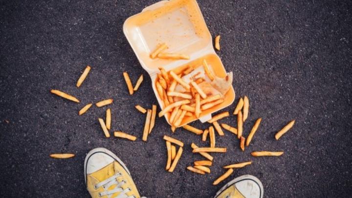 Cât este de sănătos să mâncăm de pe jos? Răspunsul medicilor