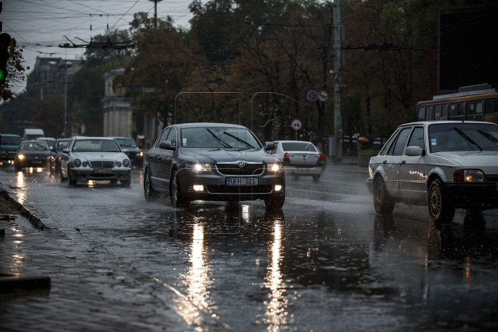 INUNDAŢII pe o stradă din Capitală. Apa ţâşneşte ca un gheizer (FOTO)