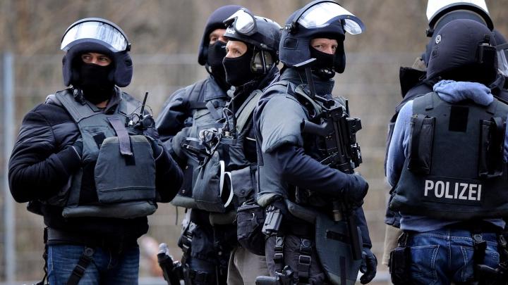 Germania caută membri ai unei mișcări extremiste în rândul propriilor poliţişti